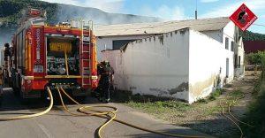 Los bomberos sofocan un incendio en unas casas abandonadas en Arneva 9