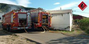 Los bomberos sofocan un incendio en unas casas abandonadas en Arneva 8