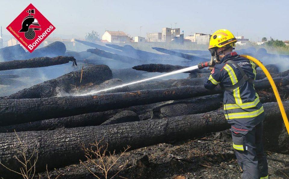 Medios aéreos de Bomberos intervienen en un incendio en Catral 6