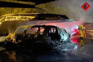 Arden cuatro vehículos en un parking en Torrevieja 7