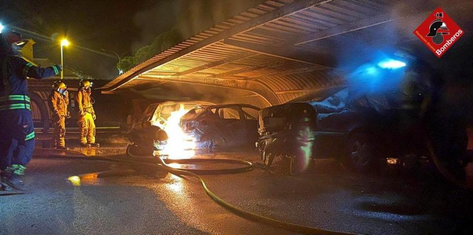 Arden cuatro vehículos en un parking en Torrevieja 6