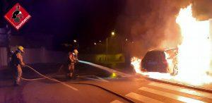 Los bomberos sofocan un incendio de un vehículo tras chocar contra un garaje en Ciudad Quesada 7