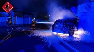 Los bomberos sofocan un incendio de un vehículo tras chocar contra un garaje en Ciudad Quesada 9