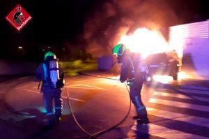Los bomberos sofocan un incendio de un vehículo tras chocar contra un garaje en Ciudad Quesada 8