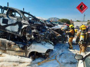 Un incendio calcina varios vehículos en un desguace de Orihuela 7