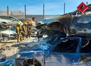 Un incendio calcina varios vehículos en un desguace de Orihuela 10