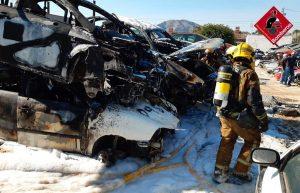 Un incendio calcina varios vehículos en un desguace de Orihuela 8