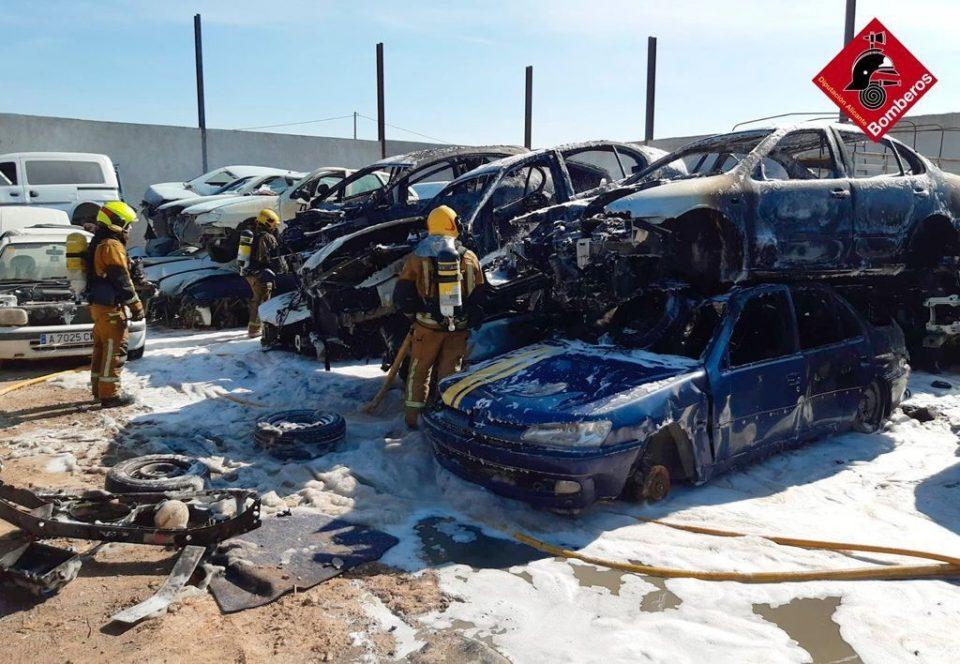 Un incendio calcina varios vehículos en un desguace de Orihuela 6