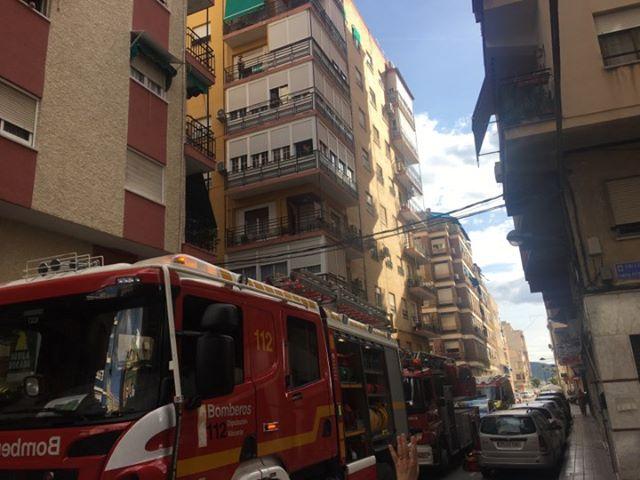 Un incendio en una vivienda de Orihuela obliga a desalojar el edificio 6