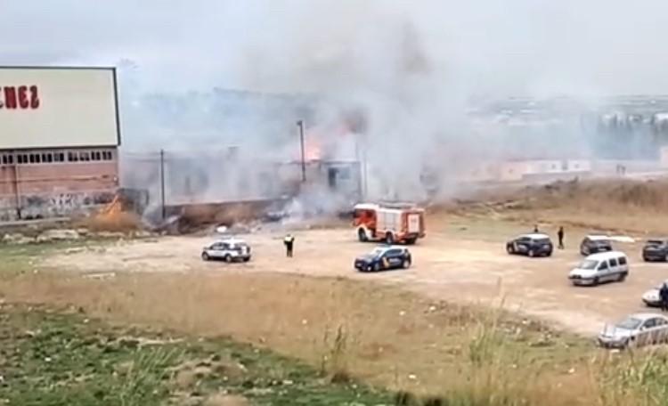 Los bomberos sofocan un incendio junto a la antigua fábrica de Son Sánchez de Orihuela 6
