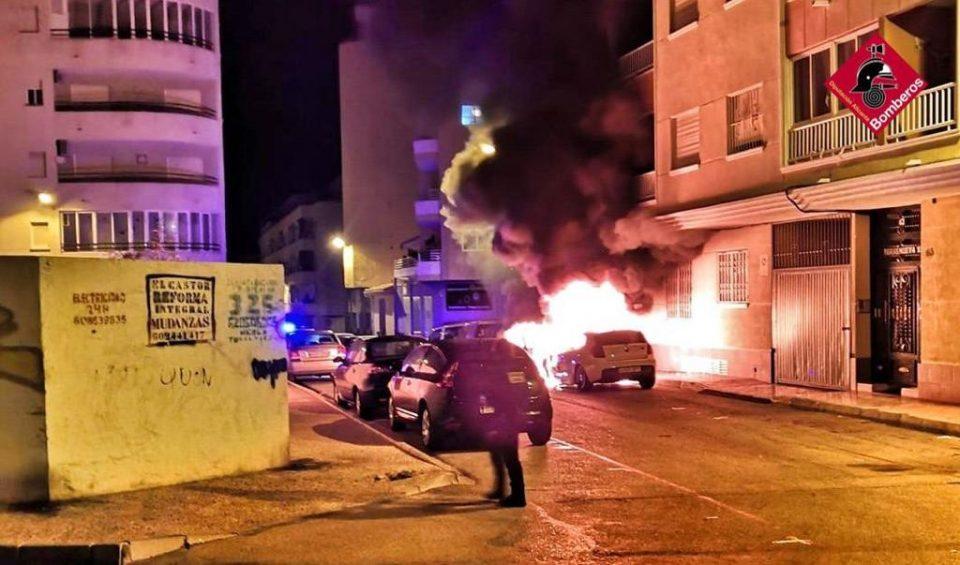 Un incendio de dos vehículos en Torrevieja afecta a las viviendas cercanas 6