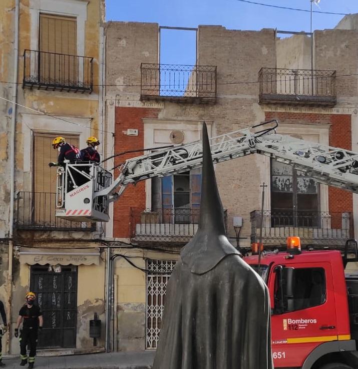 Los bomberos intervienen en una fachada de Orihuela para evitar desprendimientos 6