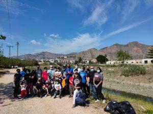 Varios voluntarios retiran 500 Kg de plásticos en una margen del río a su paso por Orihuela 7