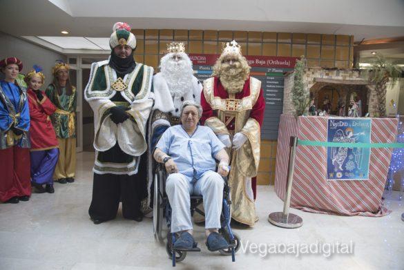 Los Reyes Magos visitan a los niños en el Hospital 16