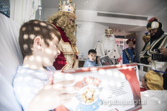 Los Reyes Magos visitan a los niños en el Hospital 25