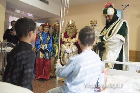 Los Reyes Magos visitan a los niños en el Hospital 27