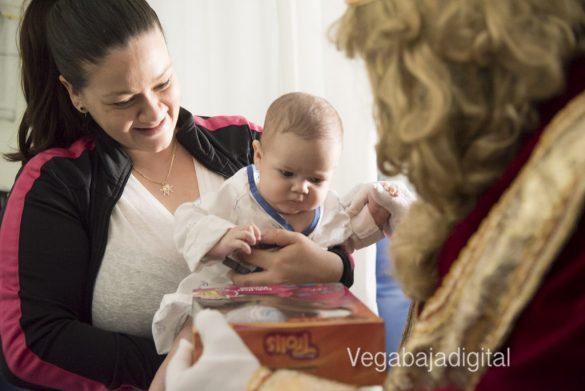 Los Reyes Magos visitan a los niños en el Hospital 32