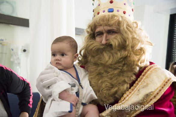 Los Reyes Magos visitan a los niños en el Hospital 34