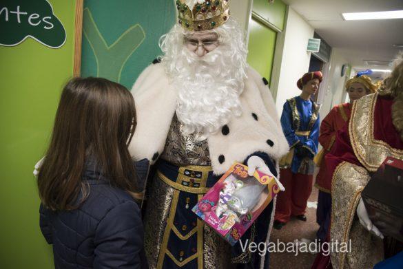 Los Reyes Magos visitan a los niños en el Hospital 39