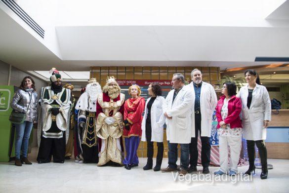 Los Reyes Magos visitan a los niños en el Hospital 11