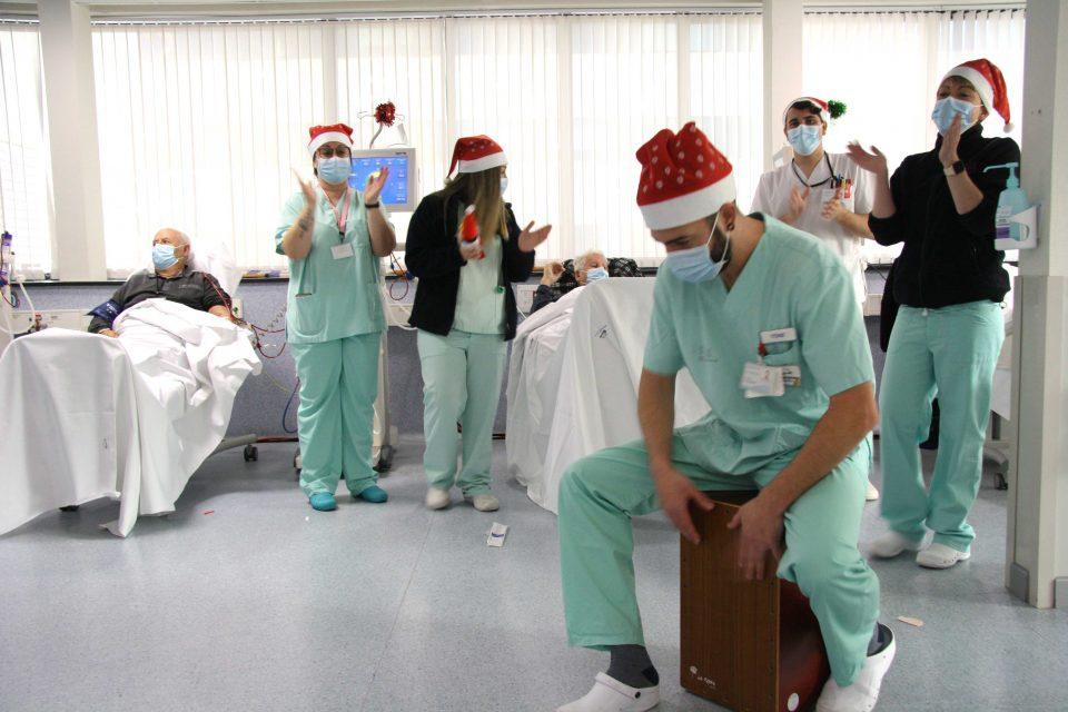 El Hospital de Torrevieja alegra y emociona a sus pacientes en unas navidades diferentes 6