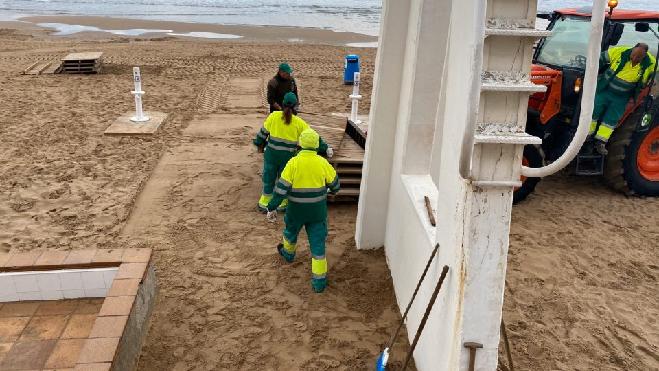 Comienza la limpieza manual del 80% de las playas de Guardamar del Segura 6