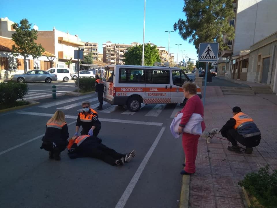 Protección Civil de Torrevieja salva a una mujer que quedó inconsciente en plena calle 6