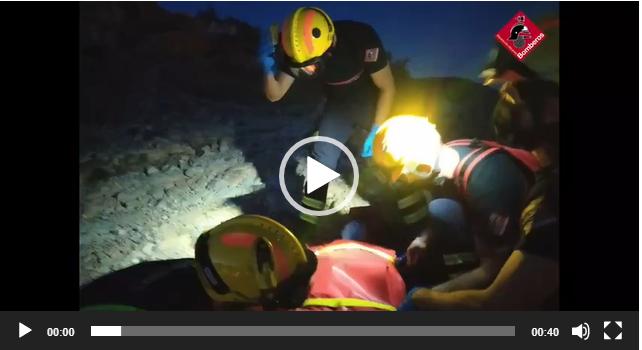 Los bomberos realizan un rescate nocturno en el Monte de San Miguel 6