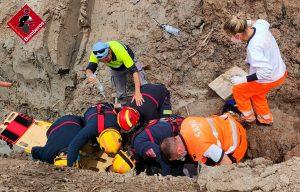 """Un hombre es rescatado por una """"cadena humana"""" tras caer en una zanja en San Fulgencio 7"""