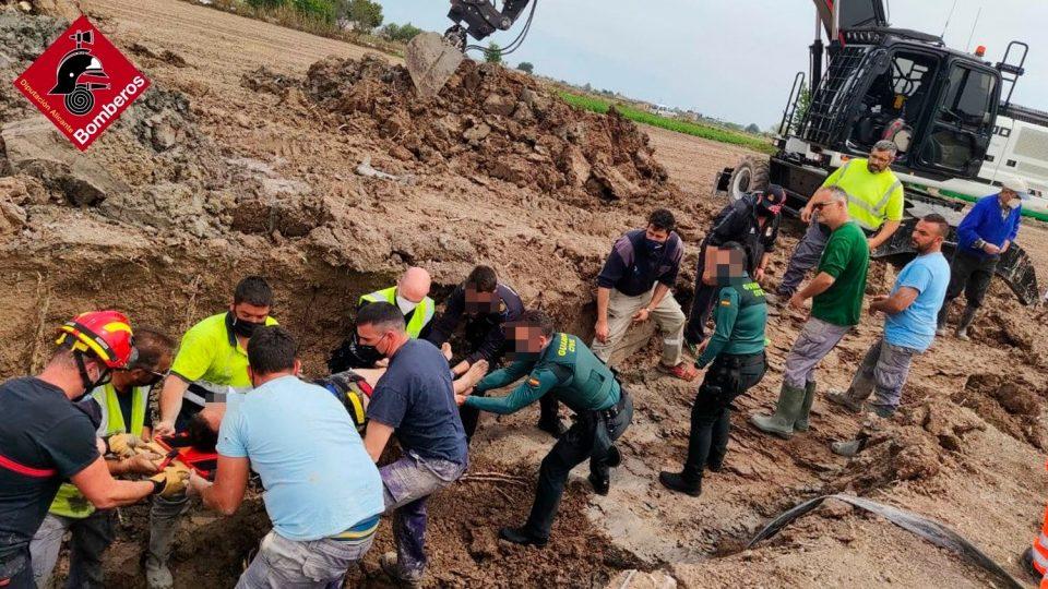 """Un hombre es rescatado por una """"cadena humana"""" tras caer en una zanja en San Fulgencio 6"""
