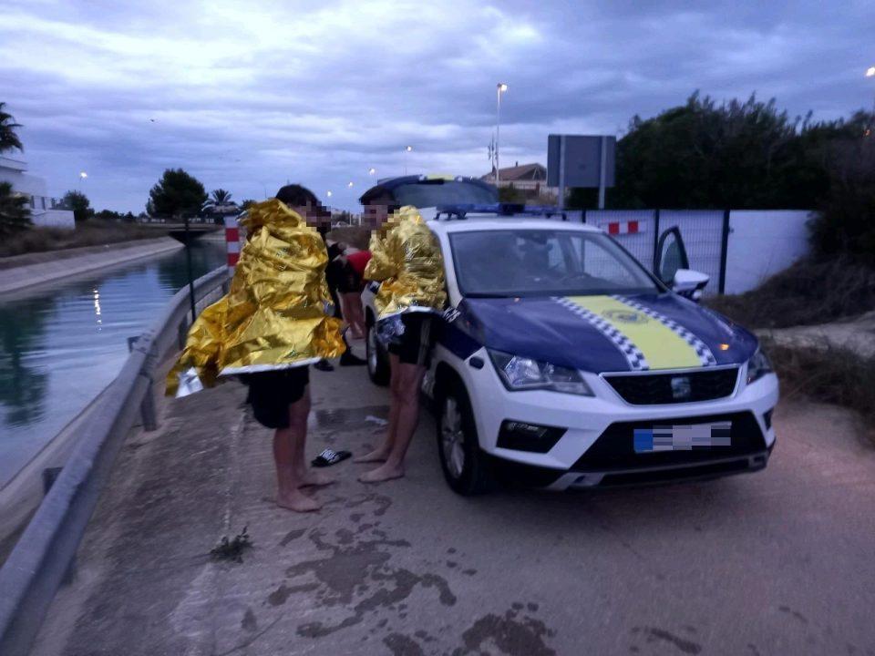 La Policía Local rescata a tres personas del canal del trasvase en Orihuela Costa 6