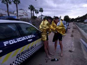 La Policía Local rescata a tres personas del canal del trasvase en Orihuela Costa 7