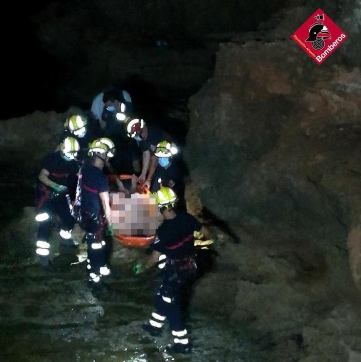 Los bomberos rescatan a un hombre en estado ebrio en los acantilados de `Los Locos´ 6