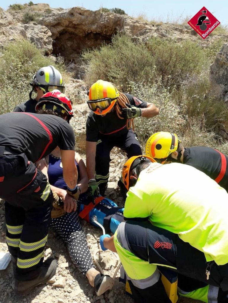 Los bomberos rescatan a una mujer herida en el camino del Castillo de Orihuela 6