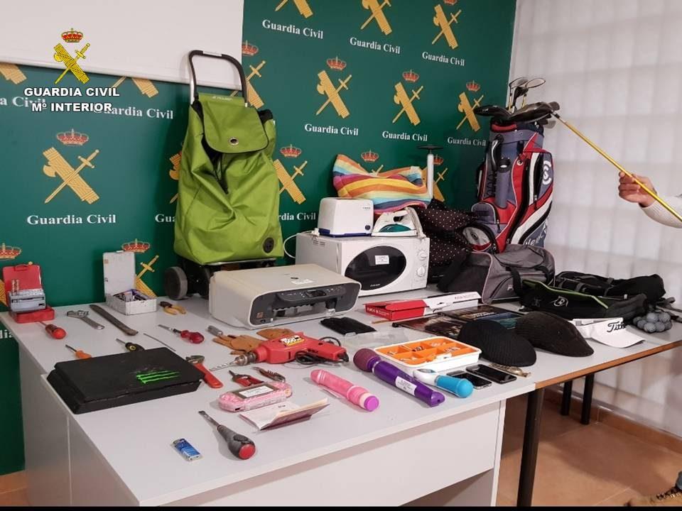 La Guardia Civil detiene en Torrevieja a los autores de 28 delitos de robo 6