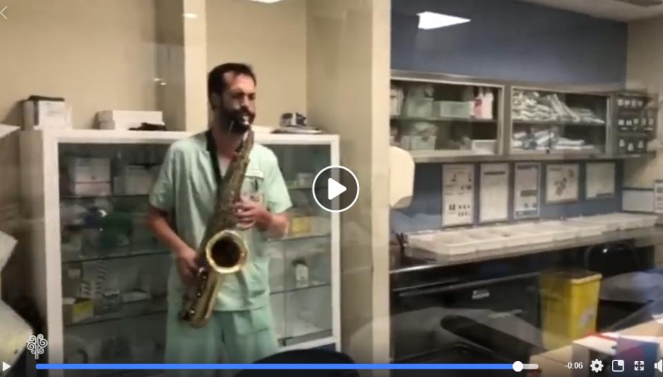 Un sanitario y saxofonista del Hospital de Torrevieja ameniza con música a los pacientes 6